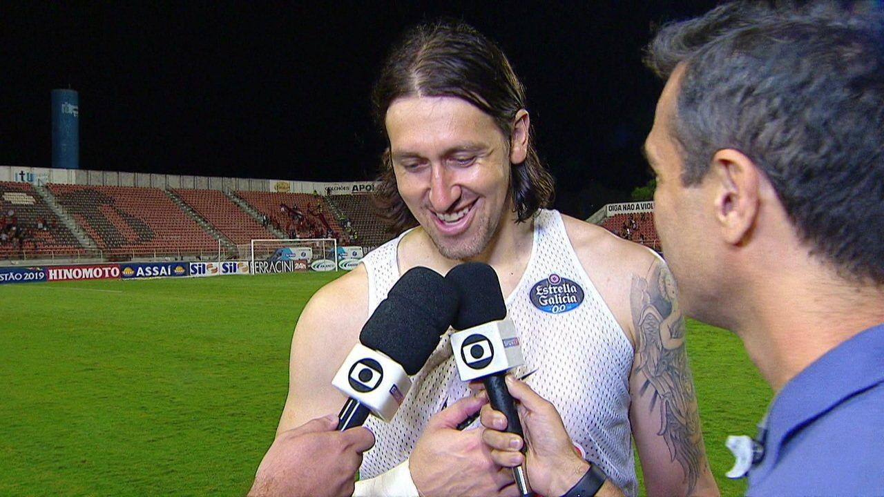 Destaque da partida, Cássio comemora vitória do Corinthians: