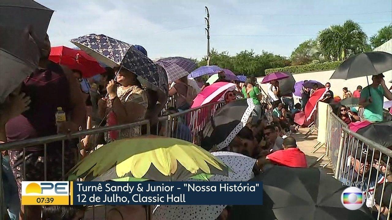 Classic Hall amanhece com fila de fãs de Sandy e Junior em busca de ingressos para o show
