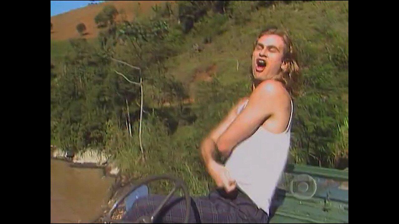 Xampu e os amigos se divertem em cachoeira, na novela 'Despedida de Solteiro'