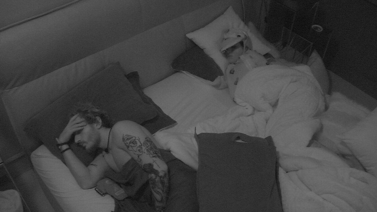Alan e Carolina dividem a cama no Quarto do Líder