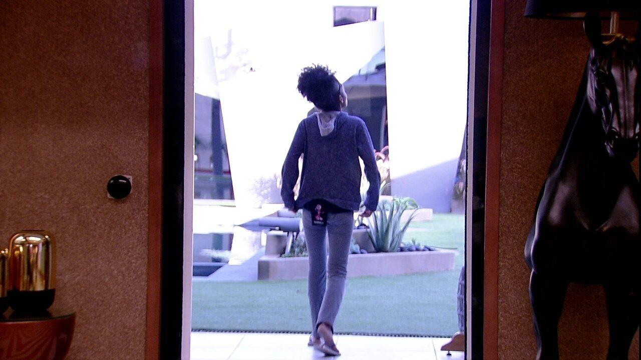 Gabriela vai até a varanda e comenta: 'Não dá nem pra ver o sol'