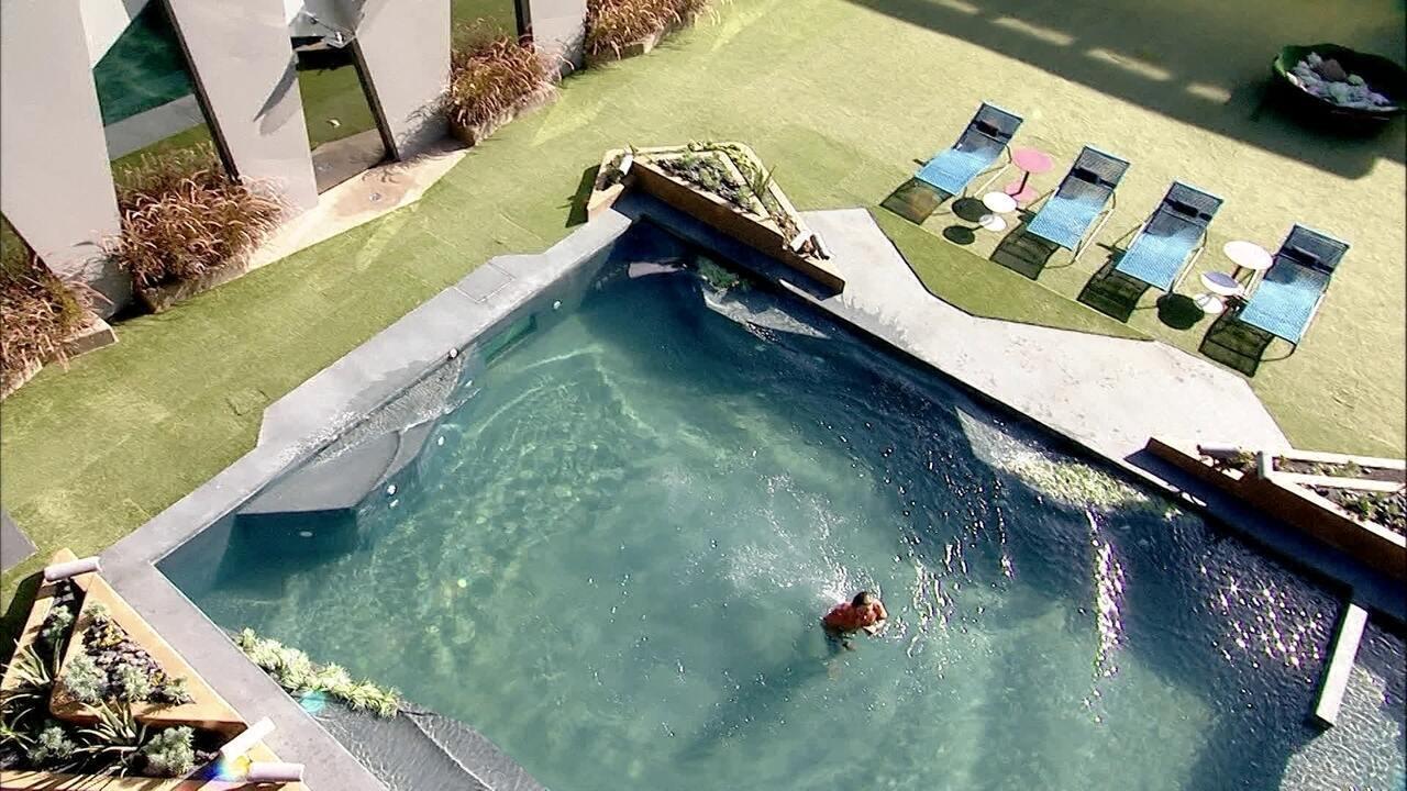 Sozinho na área externa, Alan pula na piscina