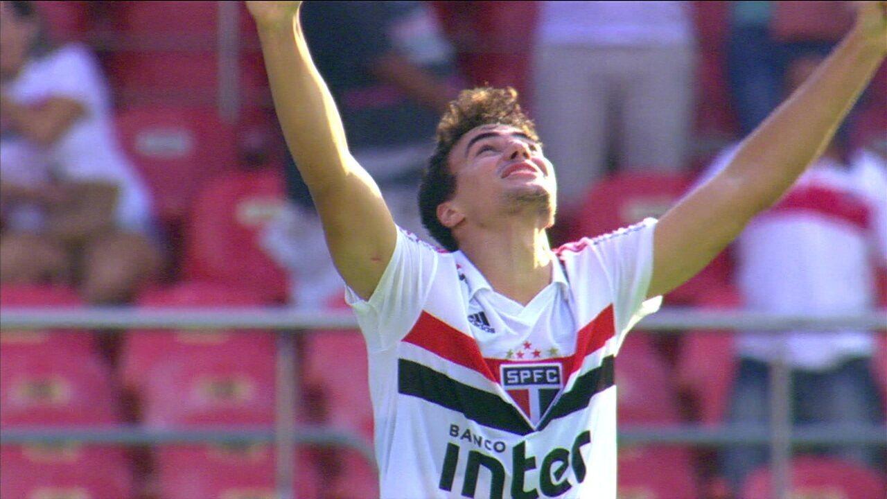 GOL DO SÃO PAULO! Igor Gomes chega batendo de primeira, no alto, e faz um lindo gol! 32' 1ºT