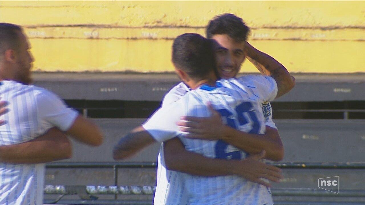 Getúlio aproveita cruzamento e marca para o Avaí aos 2 minutos do segundo tempo