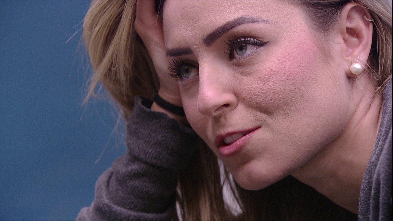 Paula pergunta se Carolina diz desconfortável em votar em Gabriela