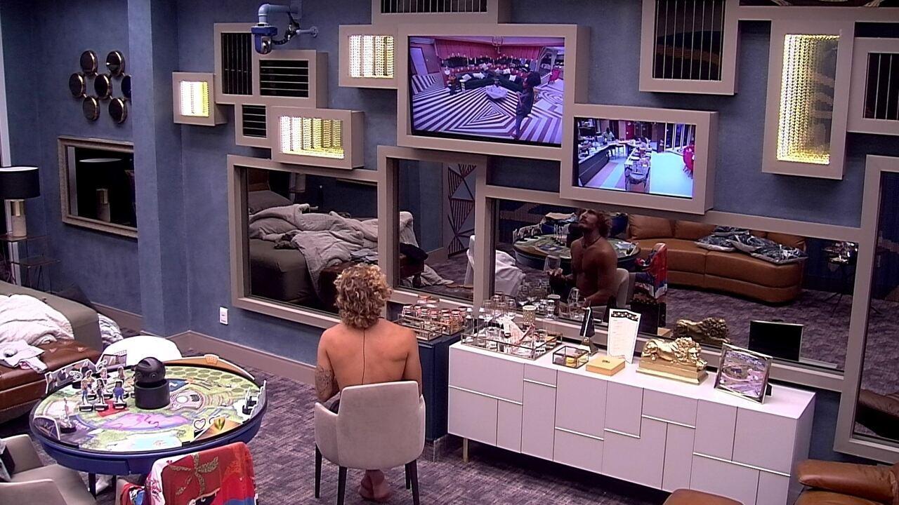 Alan observa brothers pela TV do Quarto do Líder
