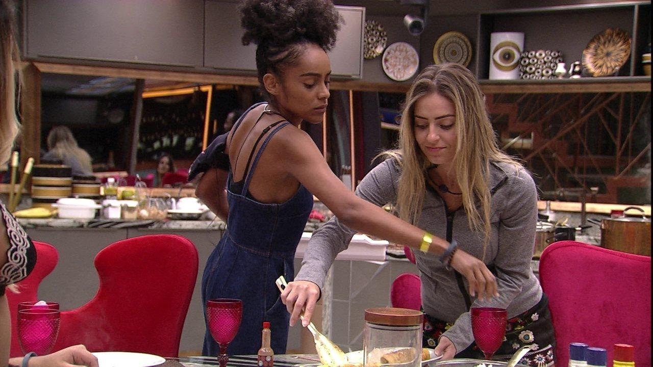Na hora do almoço, Paula brinca com Hariany: 'Olho dela é maior que minha língua'