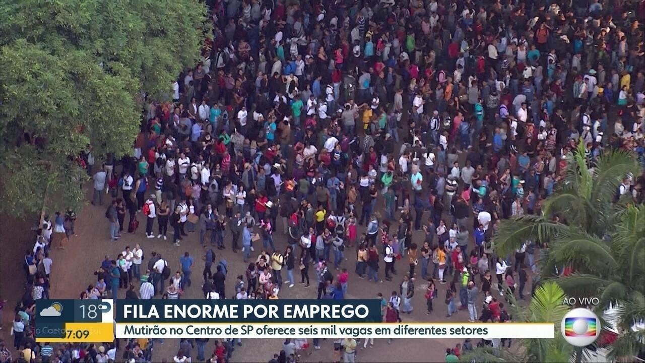 Fila enorme por emprego no Centro de São Paulo