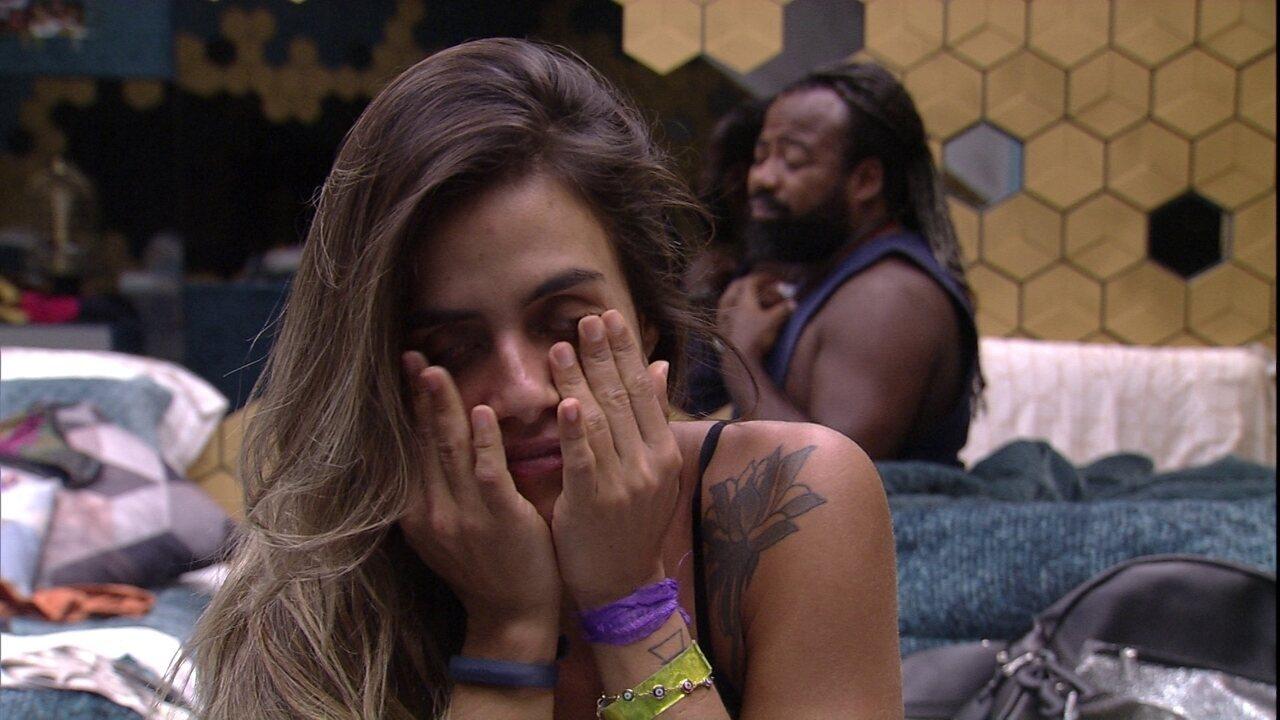 No Quarto Ouro, Carolina e Rodrigo acordam com o toque de despertar