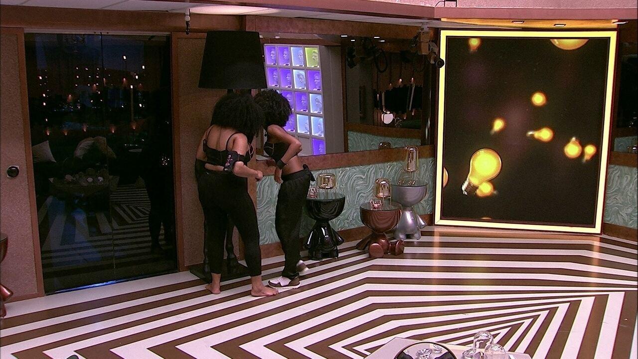 Gabriela e Rízia cantam para cavalo de decoração da sala da casa do BBB
