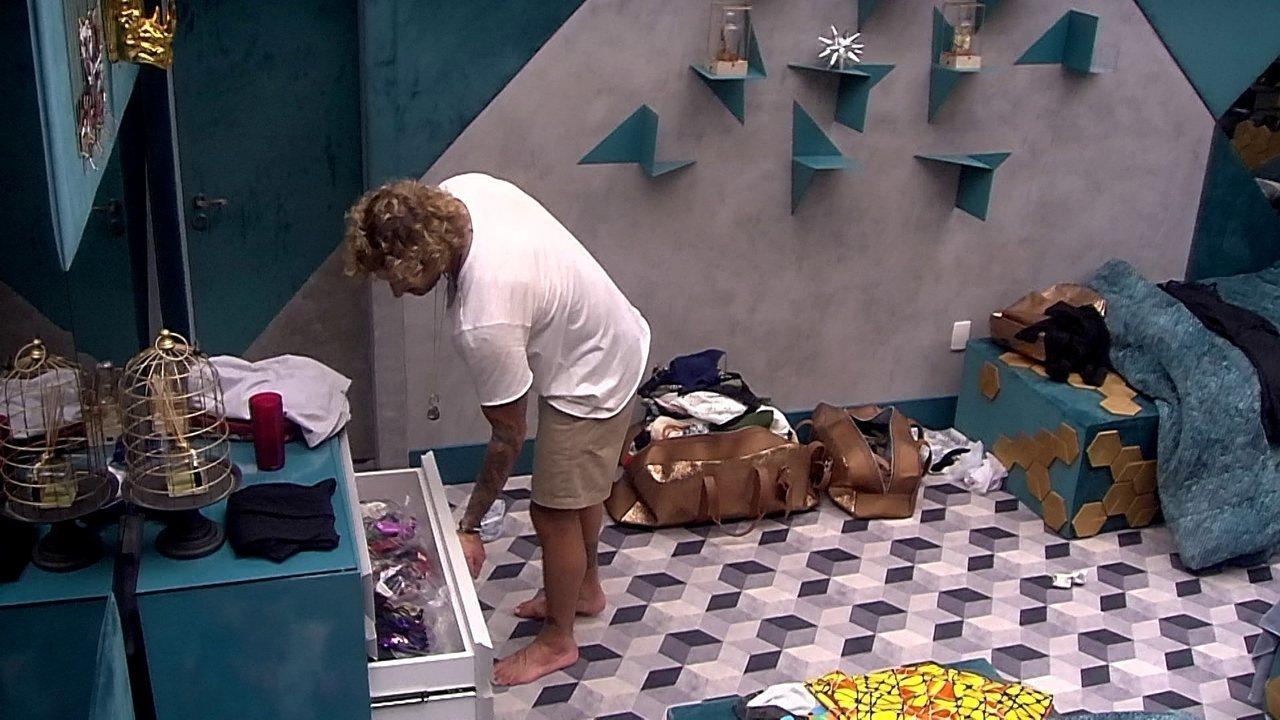Alan procura por suas roupas no Quarto Ouro