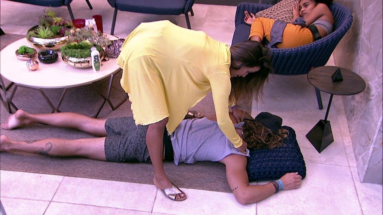 Alan faz pedido para Carolina e diz: 'Tira a regata'