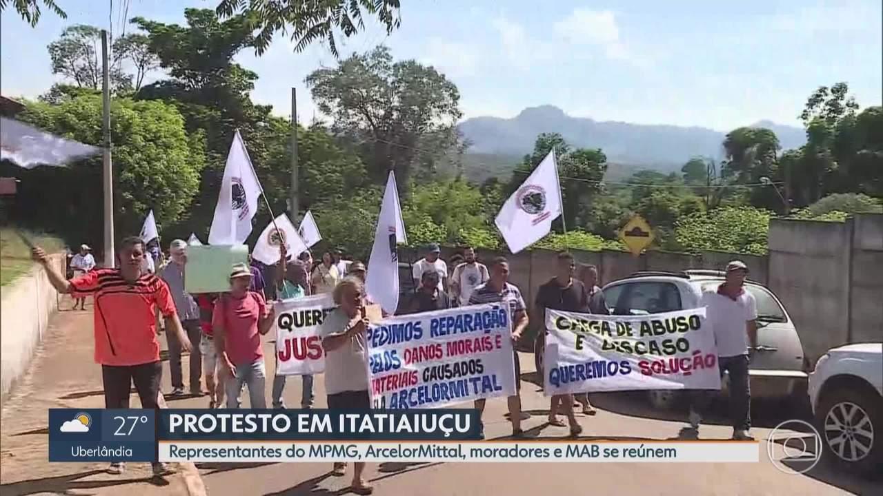 Moradores fazem protesto contra ArcelorMittal em Itatiaiuçu, na Região Metropolitana de BH