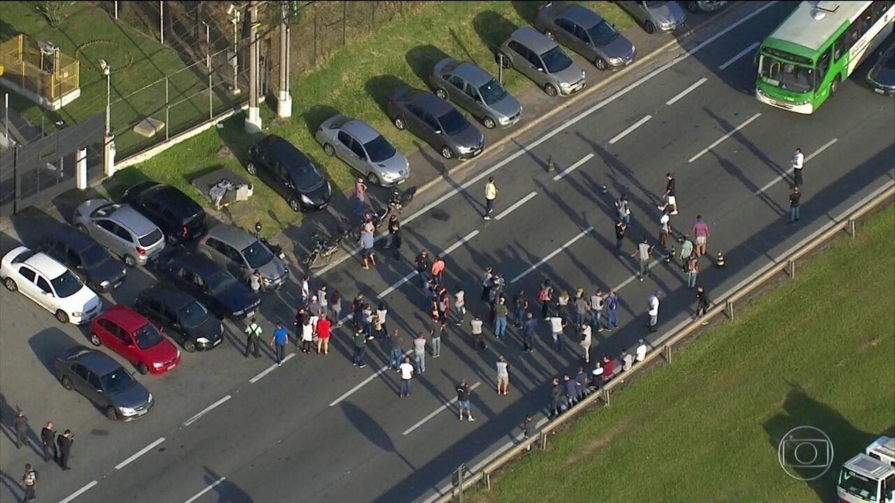 Funcionários de gráfica que rodava provas do Enem fazem protesto em SP
