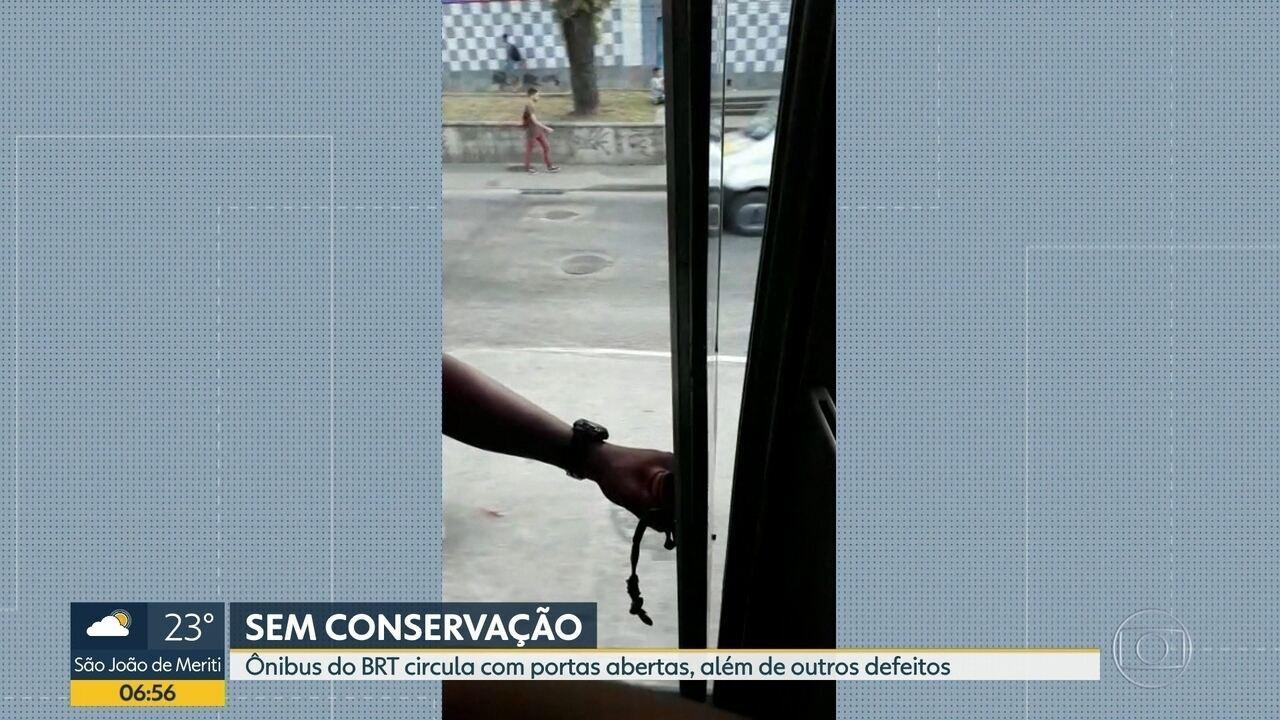 Flagrante mostra ônibus circulando com porta aberta no Rio
