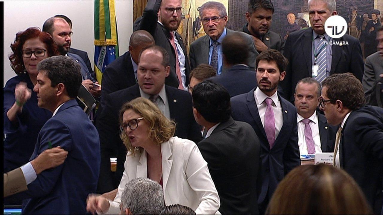 Confusão entre Paulo Guedes e deputados encerra audiência na CCJ