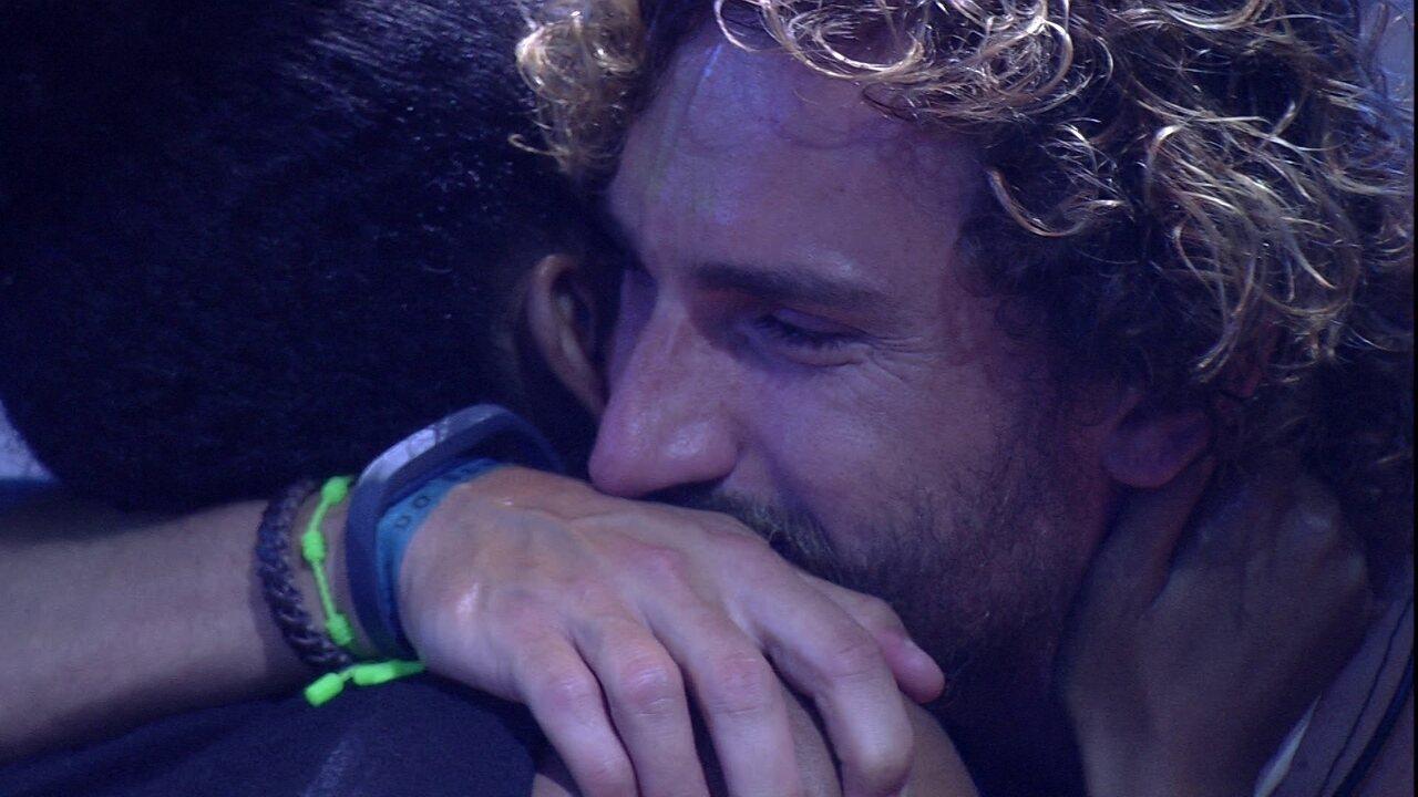 Alan e Gabriela se abraçam e trocam declarações de amor