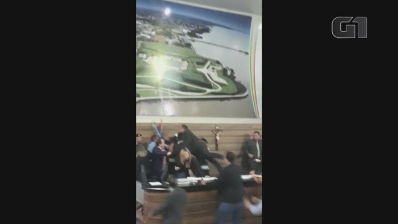 Vídeo mostra início da briga generalizada no plenário