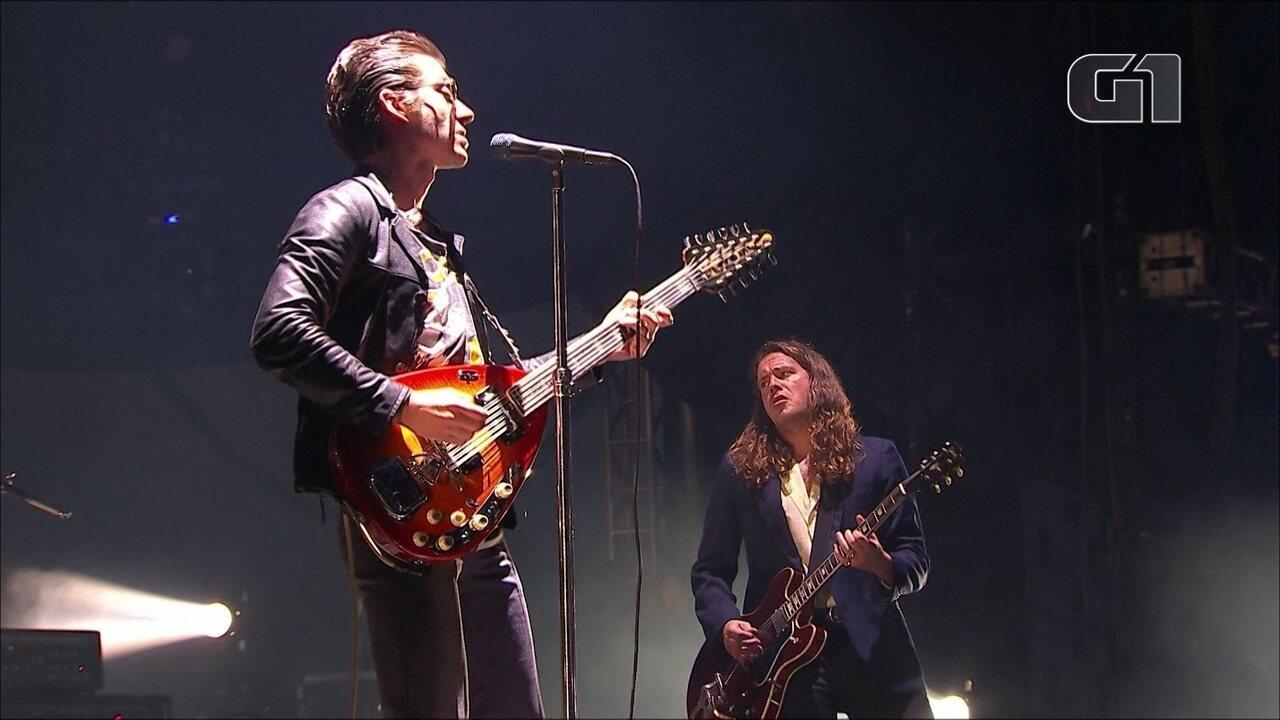 Arctic Monkeys tocam 'Do I Wanna Know' no Lollapalooza 2019