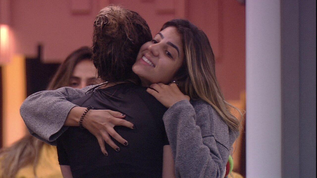 Hariany abraça Paula: 'Você é forte'