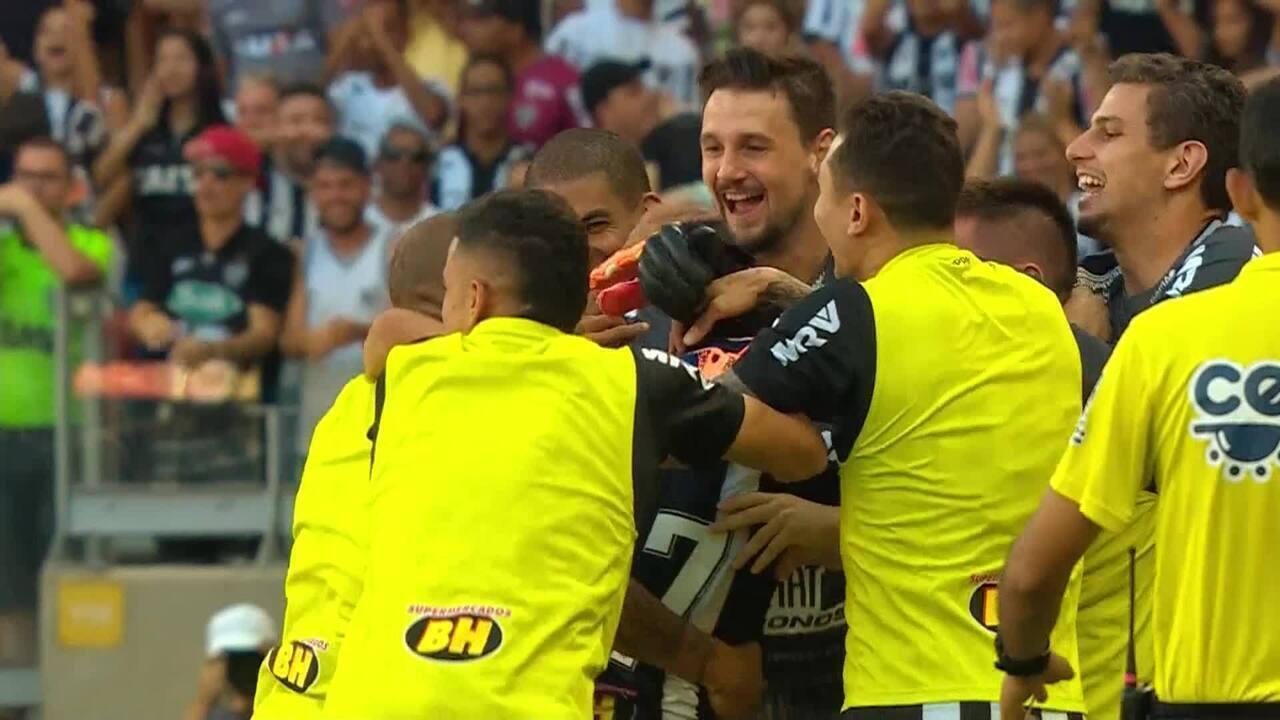 GOL DO ATLÉTICO-MG! Cazares cobra falta, Ricardo Oliveira desvia, e Luan manda para o gol