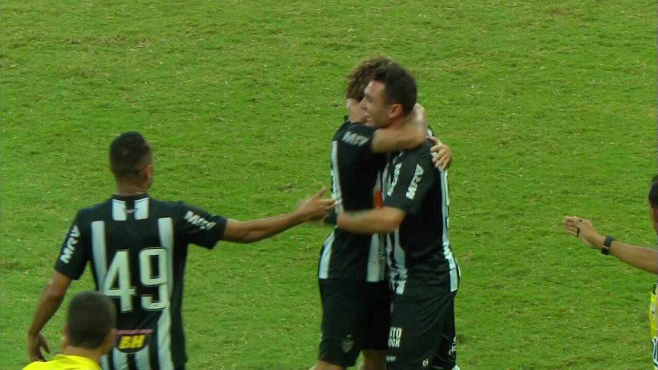 GOL DO ATLÉTICO-MG! Vinícius recebe bola na área e manda para o fundo do gol