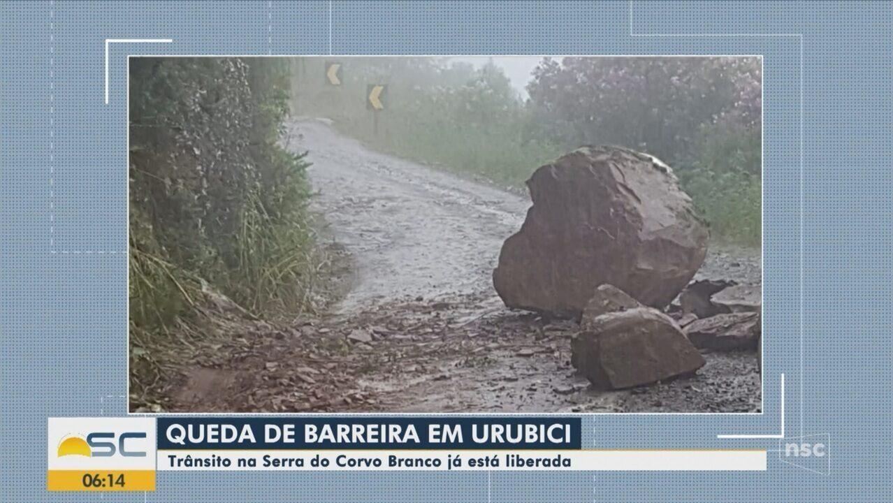 Queda de barreira interrompe trânsito na Serra do Corvo Branco, em SC
