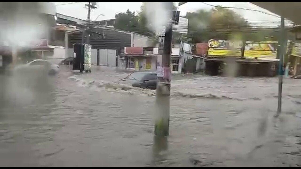 Chuva alaga ruas em São Gonçalo