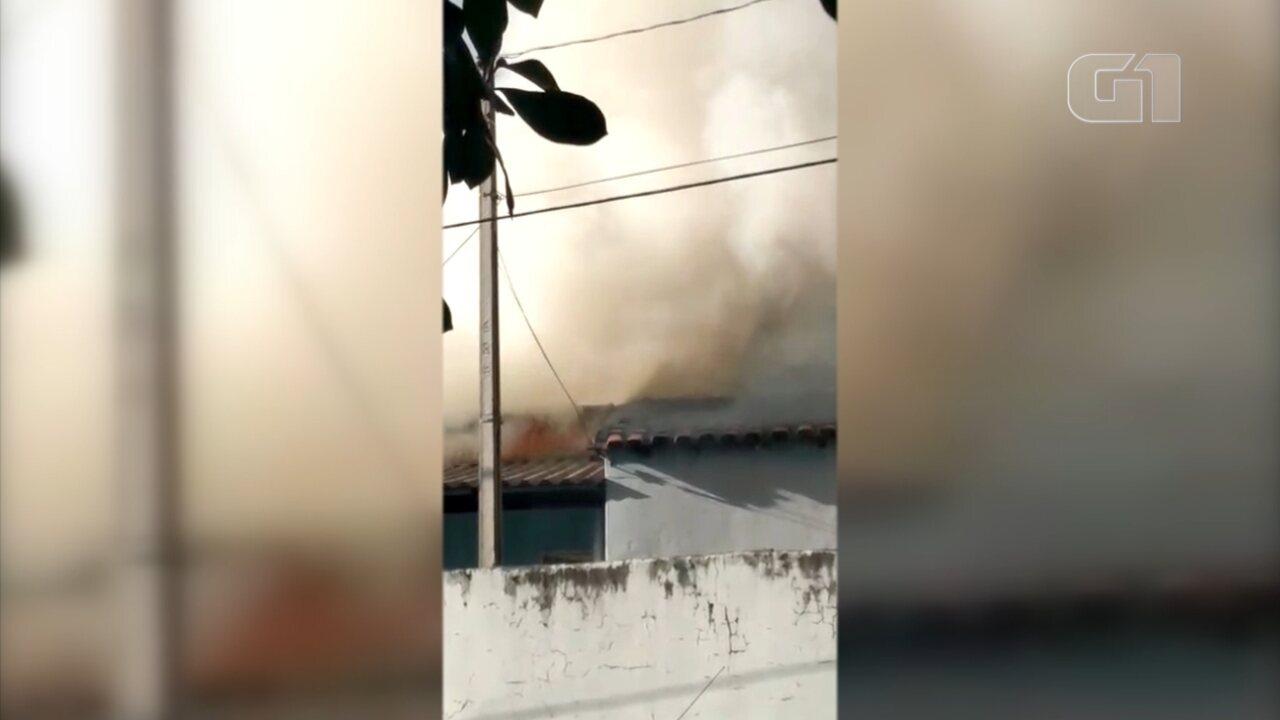 Casa pega fogo no bairro Santo Antônio em Salto