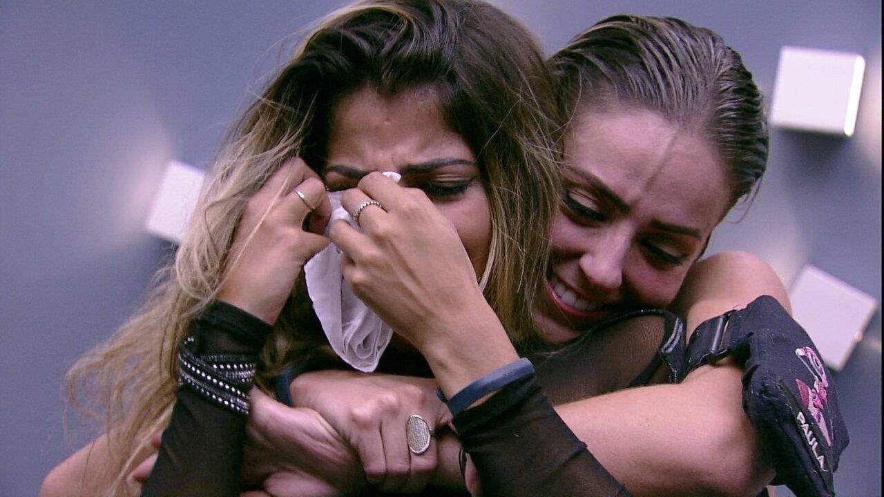 Hariany sai do reservado e Paula a abraça