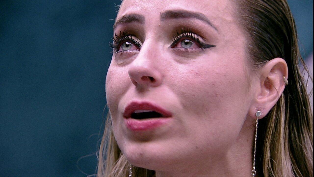 Paula fala sozinha após briga com Hariany