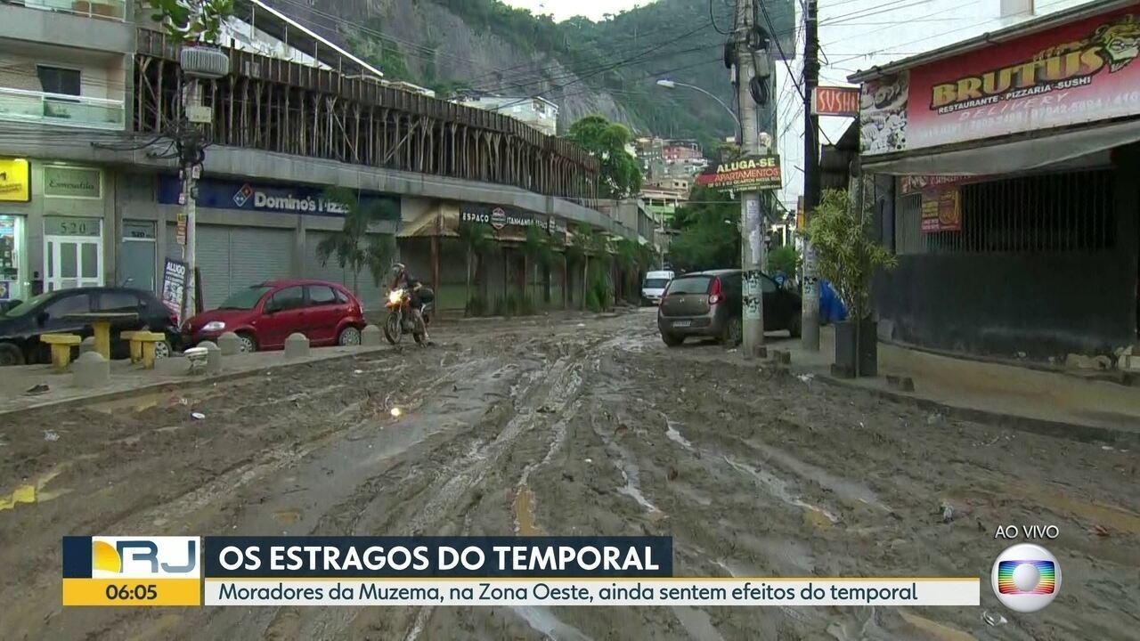 Ruas da Muzema permanecem alagadas e cheias de lama após a chuva de segunda-feira (8)