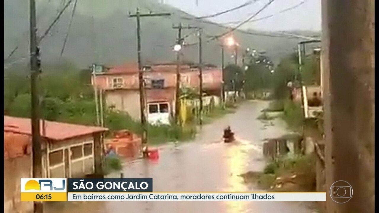 Moradores de Jardim Catarina e Salgueiro, São Gonçalo, continuam ilhados após as chuvas