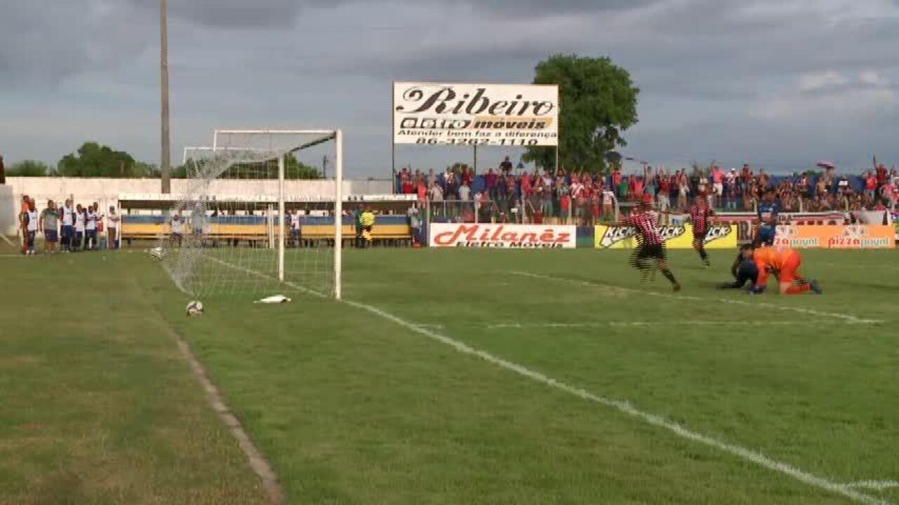 Zagueiros do Altos se atrapalham e marcam gol contra