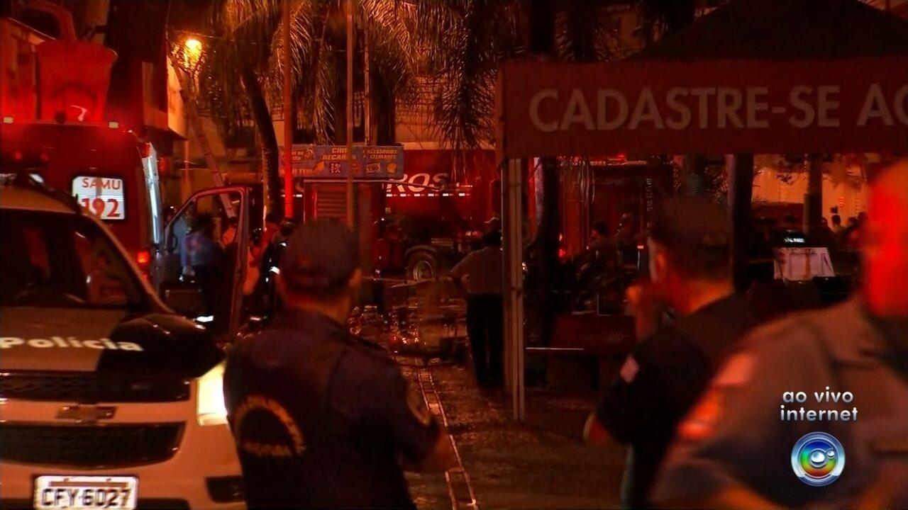 Loja que pegou fogo no centro de Araçatuba desmorona e bombeiro morre soterrado