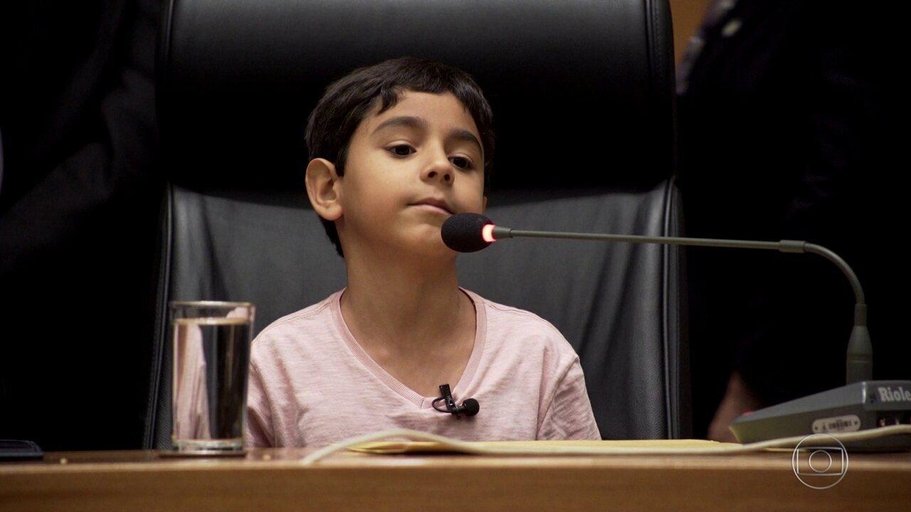 Menino superdotado, de apenas 7 anos, escreve livro e dá palestras por todo o país