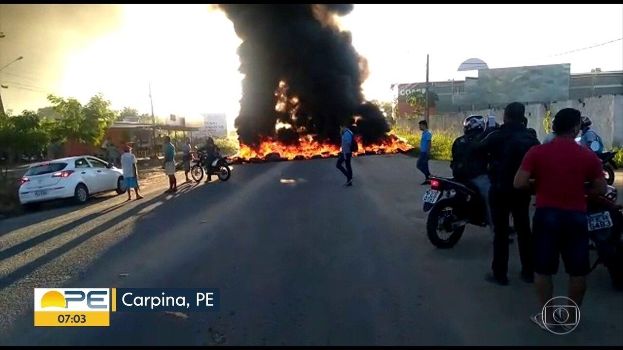Manifestantes bloqueiam estrada entre Carpina e Lagoa do Carro