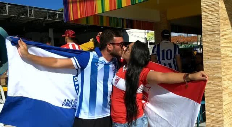 Apesar de rival, casal celebra amor e o futebol, na frente do estádio Rei Pelé