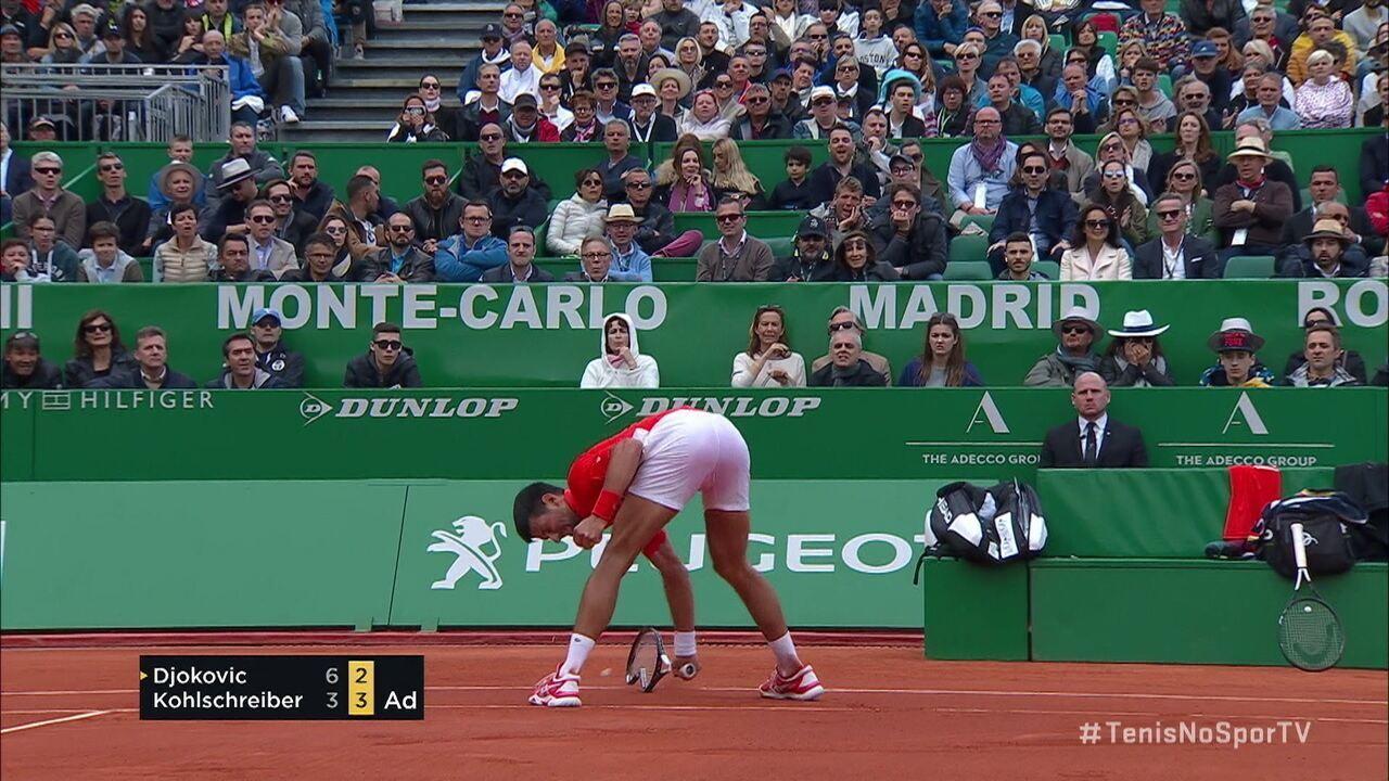Em ataque de fúria, Djokovic quebra a raquete após Kohlschreiber conseguir a quebra de serviço