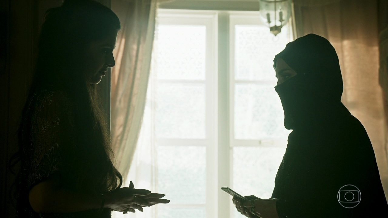 Fairouz encontra Soraia e diz que Dalila quer falar com ela sem que Aziz saiba