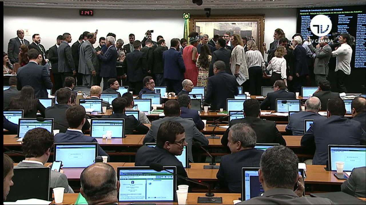 Com sessão tumultuada e sem acordo na CCJ, votação da reforma da Previdência é adiada
