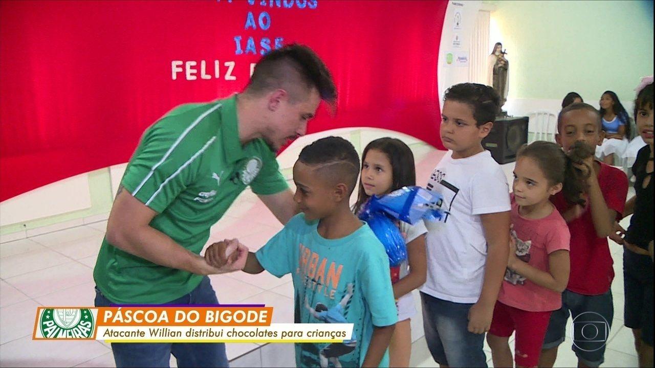 Willian Bigode, atacante do Palmeiras, distribui chocolates para crianças antes da Páscoa