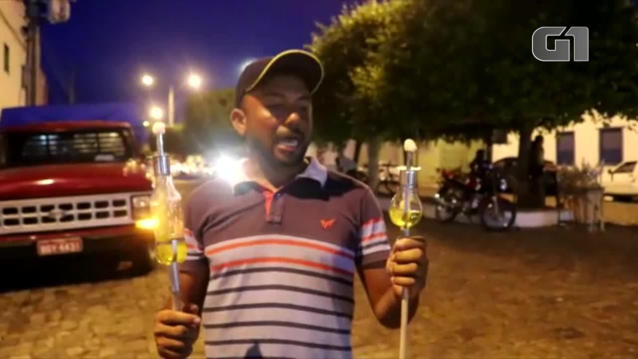 Comerciante cria lamparina de garrafa pet para manter tradição do Fogaréu em Oeiras