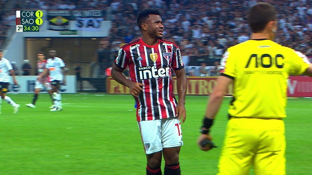 Luan sente leva mão à coxa esquerda no clássico contra o Corinthians