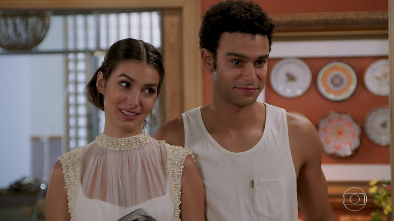 Diego volta para a casa com Larissa e família fica feliz em vê-los juntos