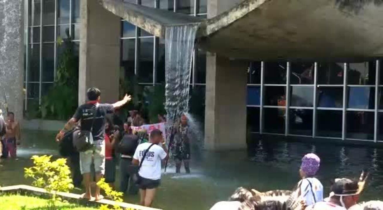 Indígenas ocupam espelho d'água do Palácio da Justiça e tomam banho na cascata do prédio