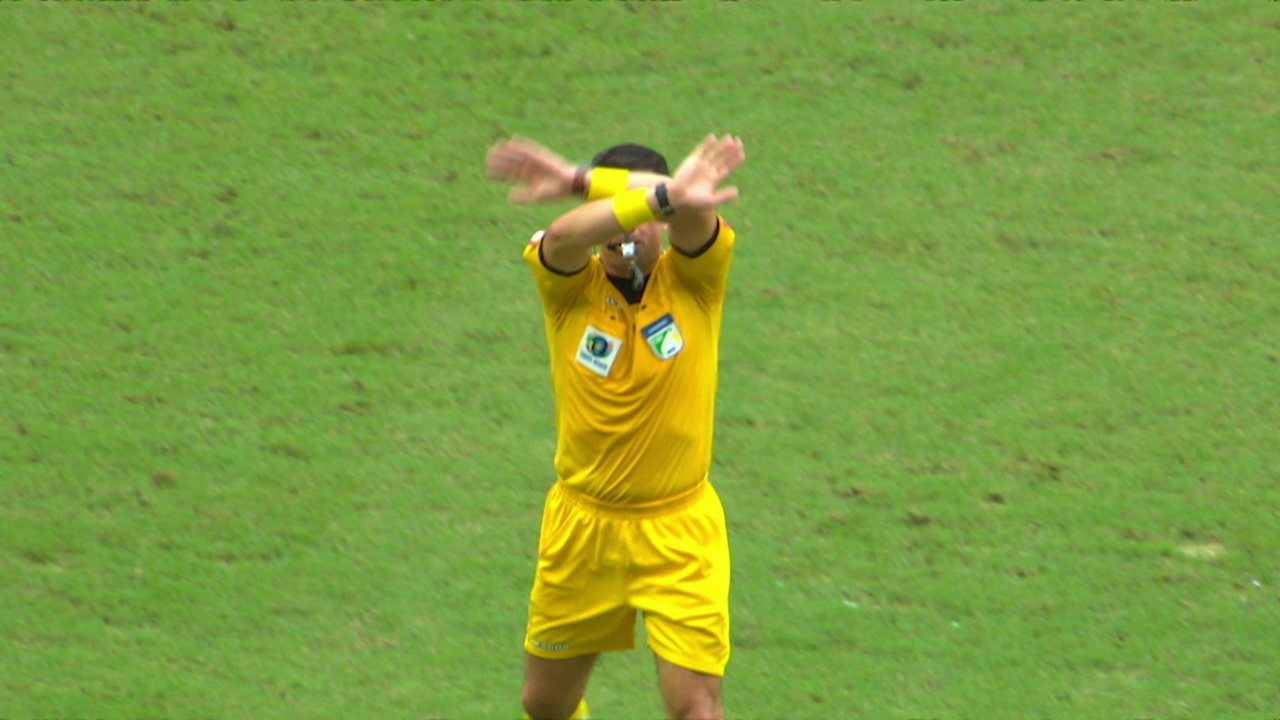 Com ajuda do VAR, o árbitro anula o pênalti a favor do Ceará. 40' do 1ºT.