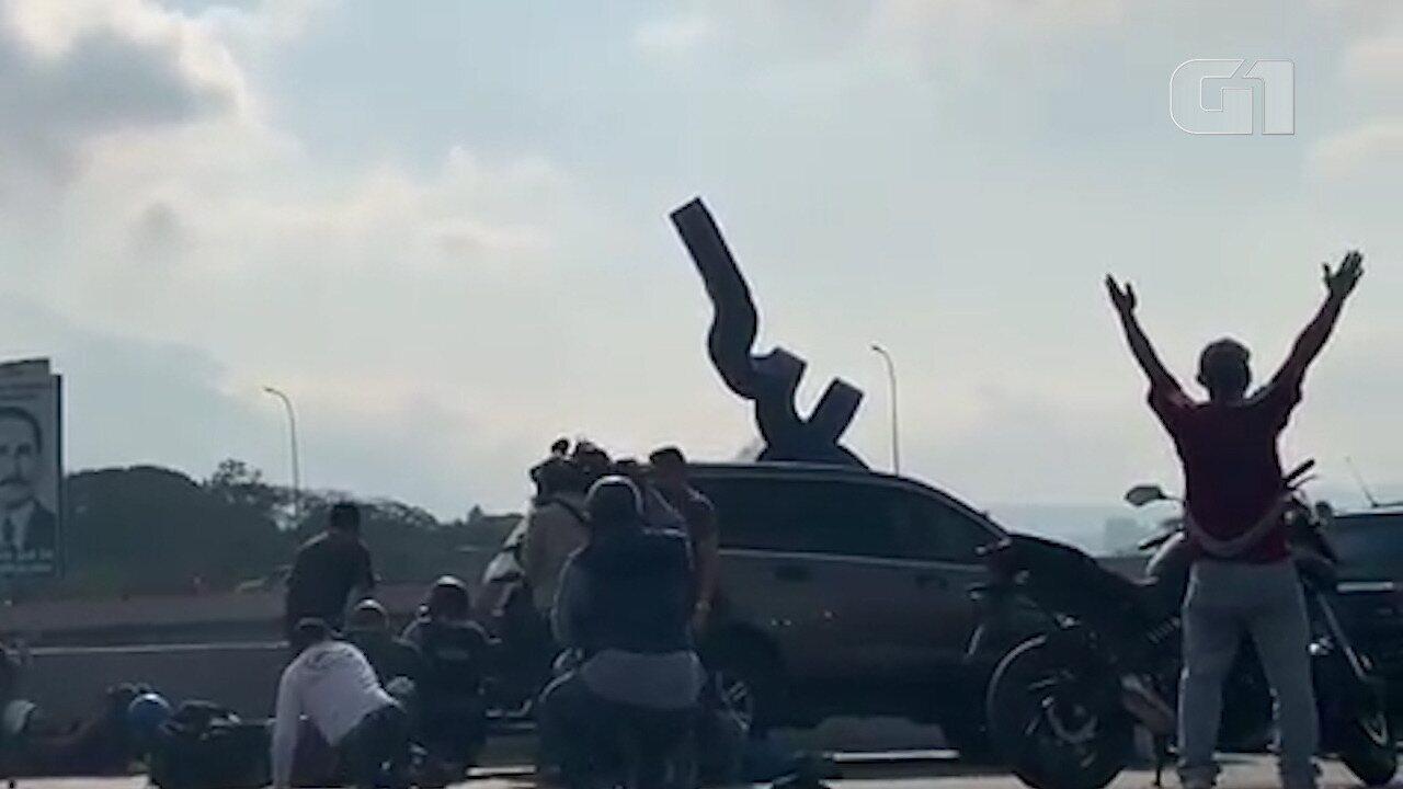 Vídeos mostram confrontos e tensão na Venezuela