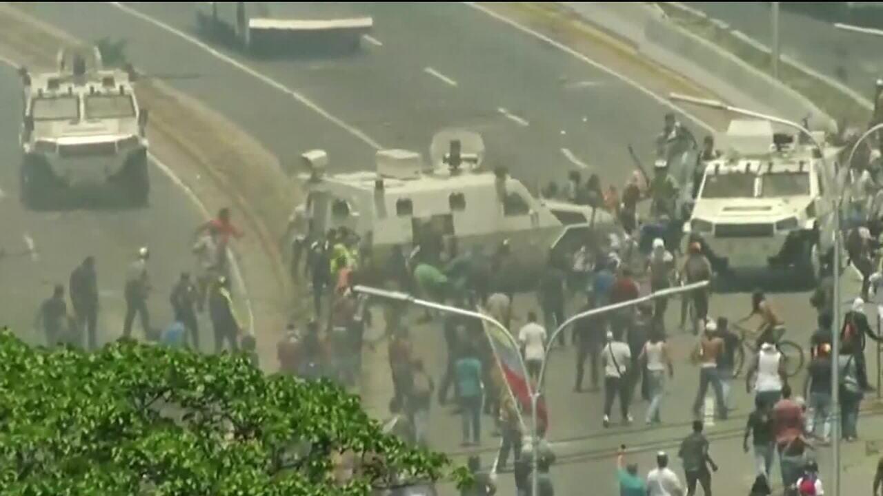 Veículos militares avançam contra multidão em Caracas