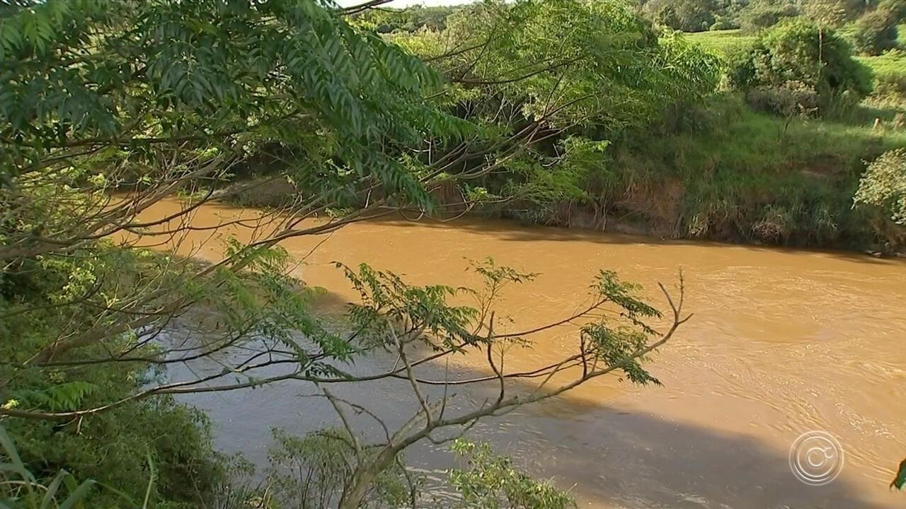 Moradores de Capela do Alto reclamam de despejo de material em rio